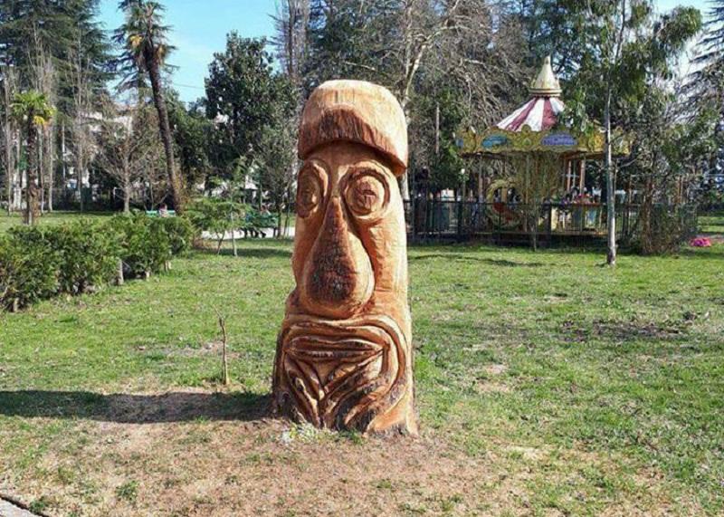 უცნაური ძეგლი ოზურგეთის ცენტრში