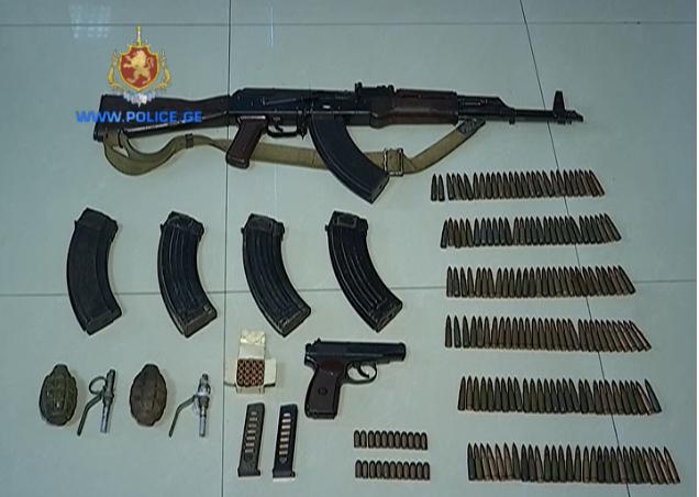 პოლიციამ თბილისში უკანონო ცეცხლსასროლი იარაღი და საბრძოლო მასალა ამოიღო - დაკავებულია 1 პირი