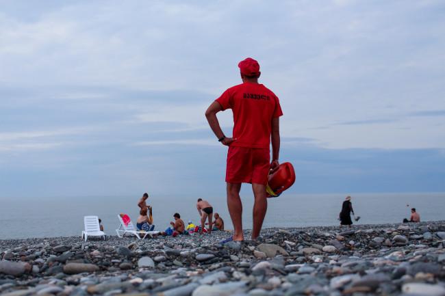 შავი ზღვის სანაპიროზე ბანაობა აკრძალულია, თუმცა მოქალაქეები მაინც შედიან (ვიდეო)
