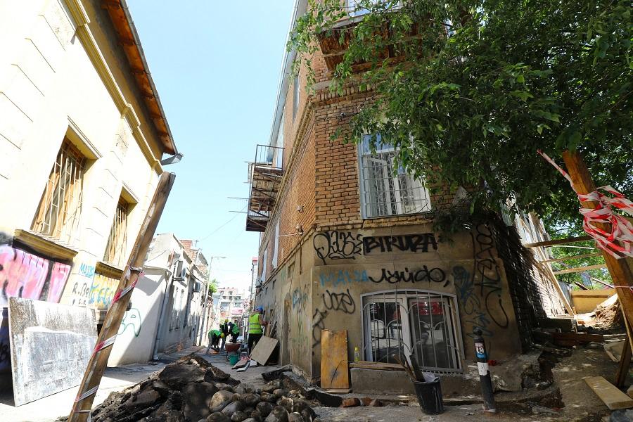 ვერაზე, ზანდუკელის ქუჩაზე სახლის გამაგრების სამუშაოები მიმდინარეობს