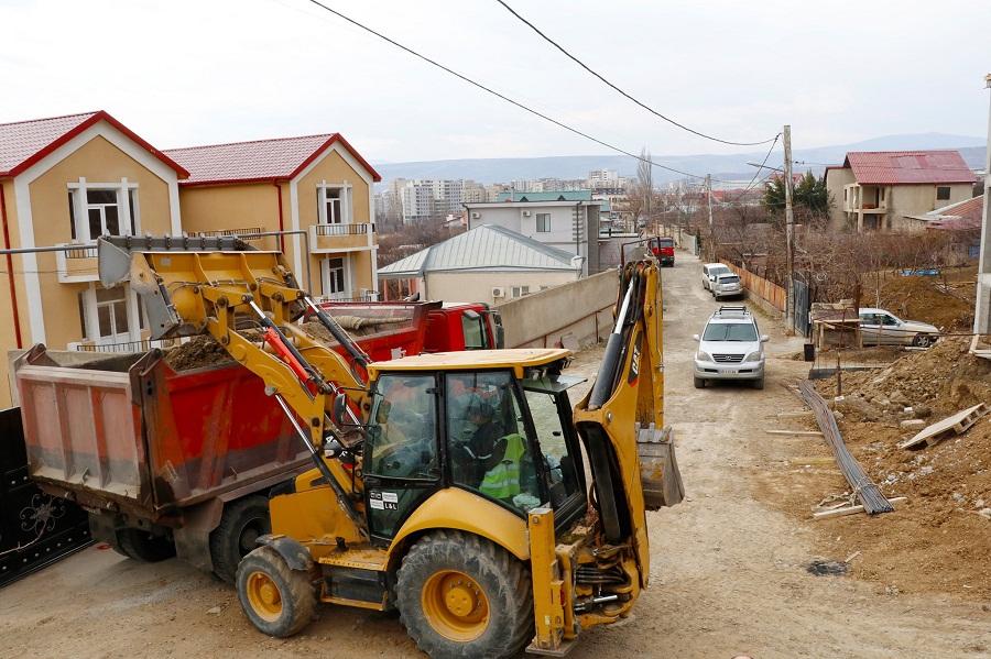 გოდერძი ჩოხელისა და ნესტან-დარეჯანის ქუჩებზე, სადაც ასფალტის საფარი ამ დრომდე არ არსებობდა, საგზაო სამუშაოები მიმდინარეობს