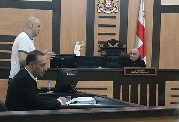 ჩინჩალაძე-მურუსიძეს დაურტყი ჩაქუჩი - მოსამართლემ ნიკა მელია დარბაზიდან გააძევა