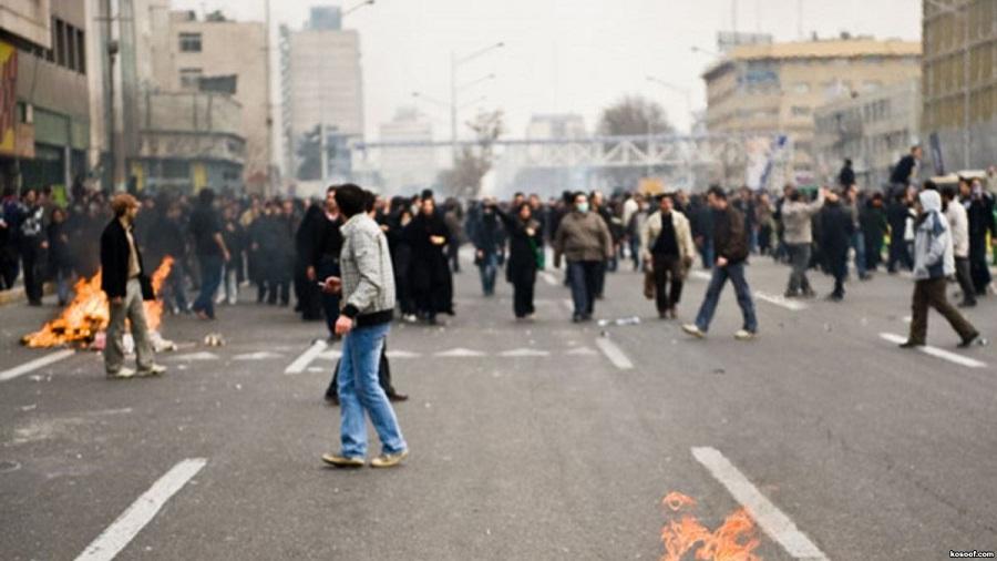 თეირანში პოლიციასთან შეტაკებების დროს 300-მდე ადამიანი დააკავეს