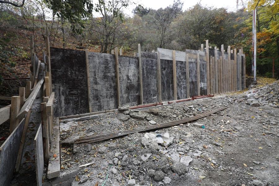 მაყაშვილის ქუჩაზე გრუნტის დამჭერი კედელი ეწყობა
