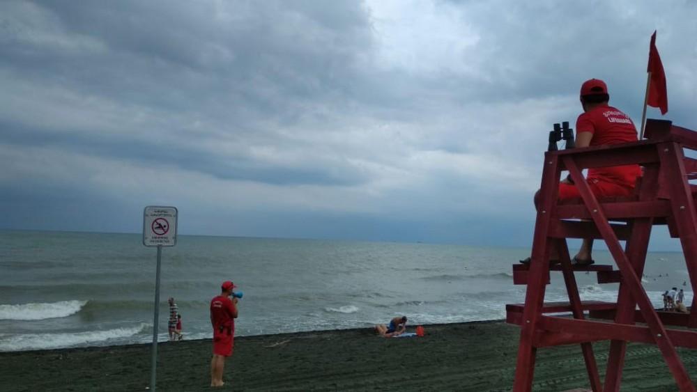 შავი ზღვის მთელ სანაპირო ზოლზე  4 ბალიანი შტორმი ფიქსირდება, ზღვაში შესვლა აკრძალულია