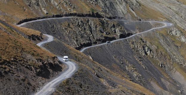 თუშეთში ავტომობილი, რომელშიც ტურისტები ისხდნენ სიმაღლიდან გადავარდა