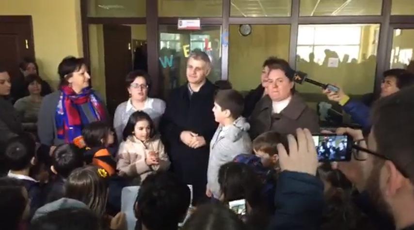 """გირაოთი გათავისუფლებული მუსტაფა ემრე ჩაბუქი სკოლა """"სხივში"""" მივიდა - live"""